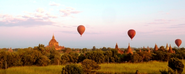 Bagan in mongolfiera